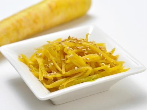 Shimaninjinn no kinpira (stir fried burdock and island carrot)